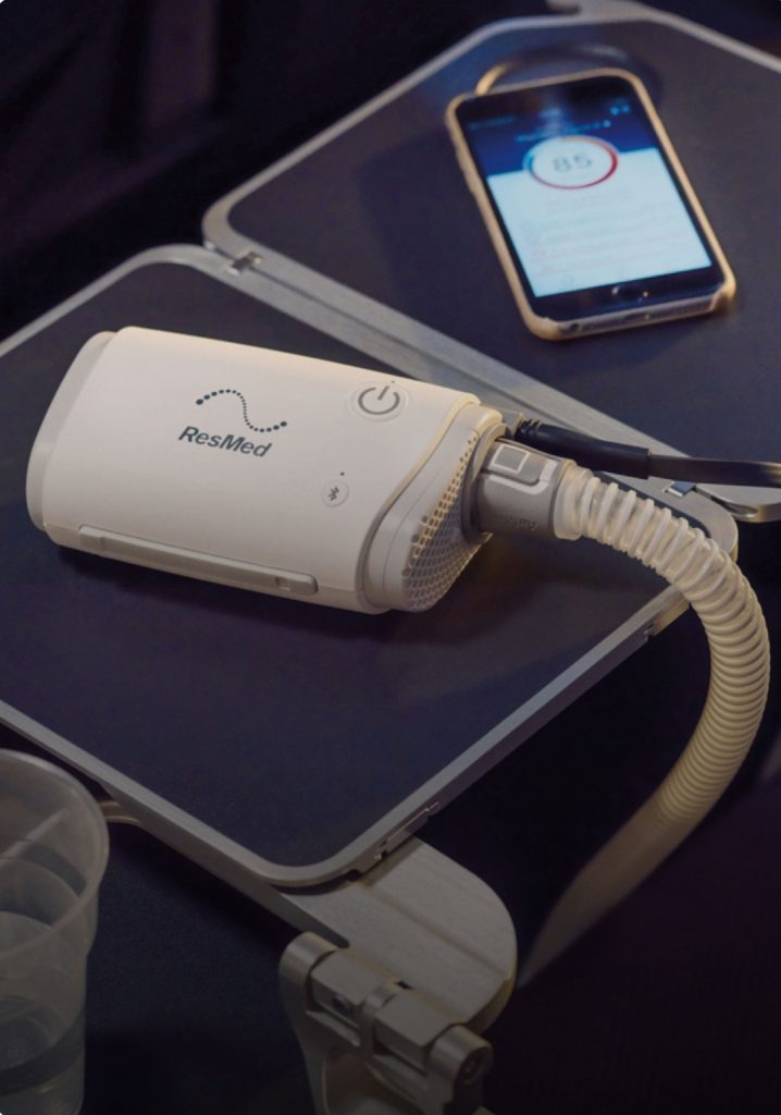 sleep-apnea-sleepapnea-airmini-on-airplane-tray-table
